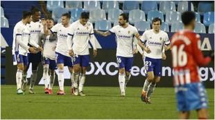 Los jugadores del Zaragoza se abrazan celebrando el gol de Chavarría