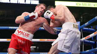Canelo golpea a Callum Smith