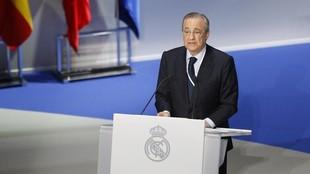 Florentino Pérez se dirige a los socios compromisarios en el...