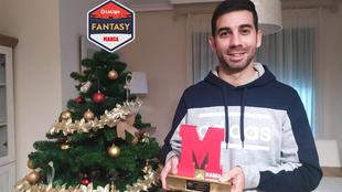 Higo Morán 'Nilis' posa feliz con su Trofeo MARCA al mejor...