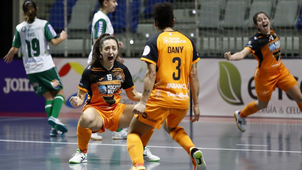 Elena Aragón celebra el gol anotado que da la Copa de la Reina al Burela