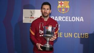 Messi, con el trofeo Pichichi en sus manos.