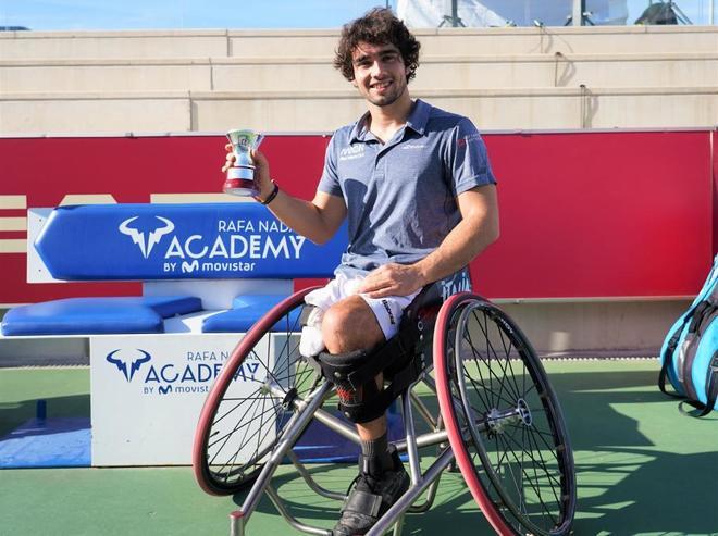 Daniel Caverzaschi posa con el trofeo de campeón de España.