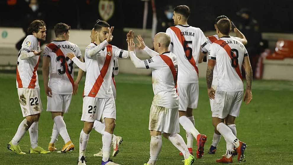 Los jugadores del Rayo celebran el gol de Antoñín en Vallecas