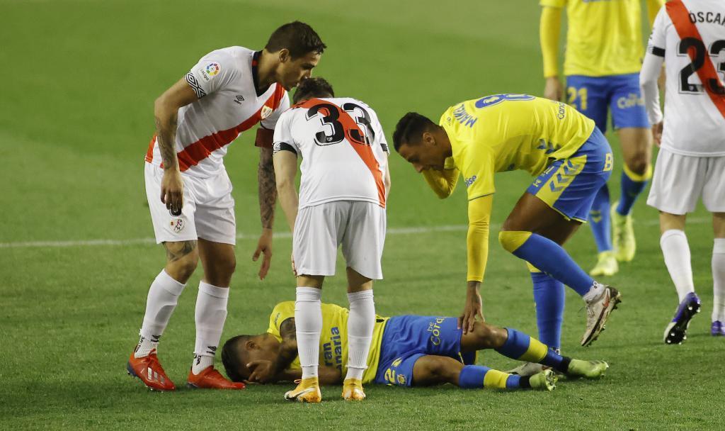 Cristian Cedrés se duele en el suelo tras caer lesionado en el inicio...