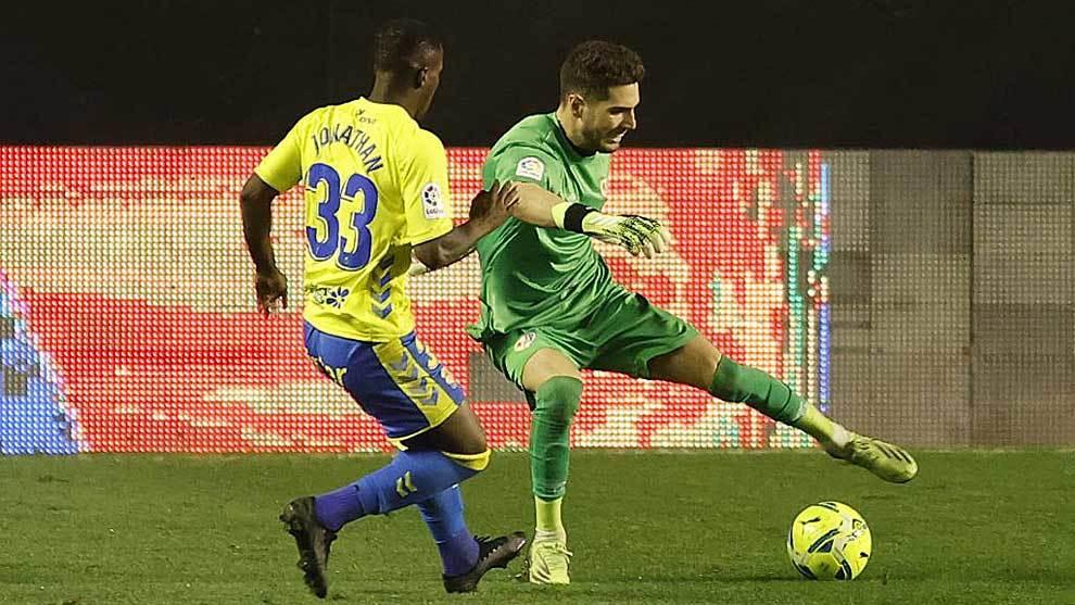 Luca Zidane regatea a Jonathan Silva en un momento del partido