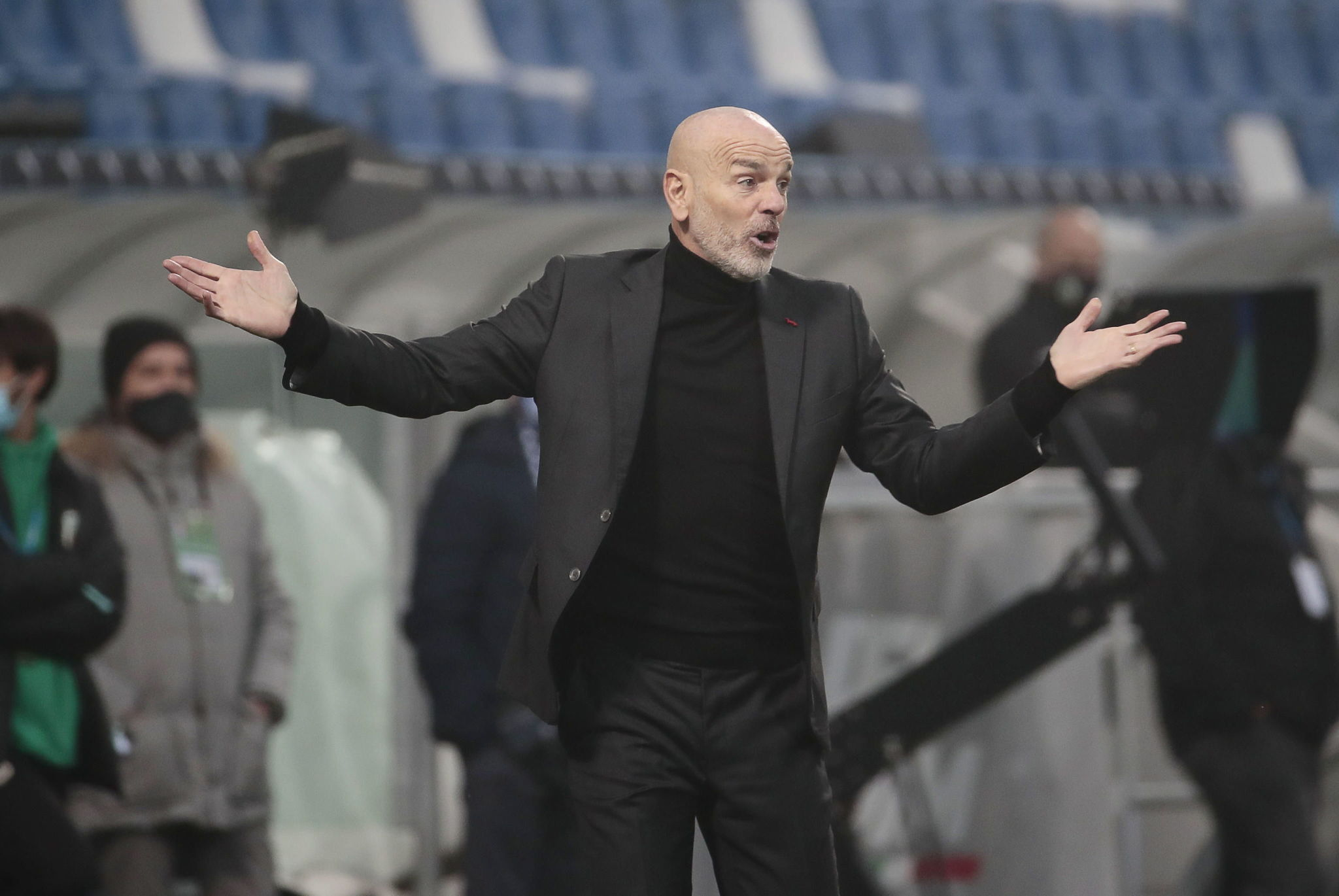 Hernandez strikes late to keep Milan ahead of Inter in Serie A