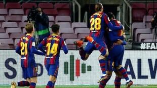 Los jugadores del Barcelona celebrando un tanto.