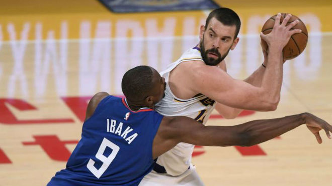 Marc, ante Ibaka, busca una pase en un reciente Lakers vs Clippers.