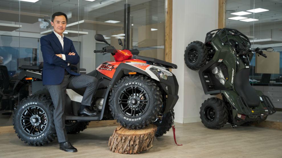 El director general de Kymco España, Carlos Wang, con un pie apoyado en el MXU 700.