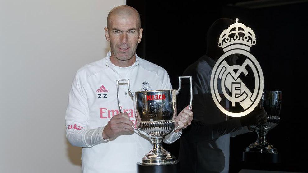 Zinedine Zidane, con el trofeo MARCA Miguel Muñoz