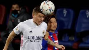 Kroos se lleva un balón de cabeza ante Inui en el Eibar-Real Madrid.