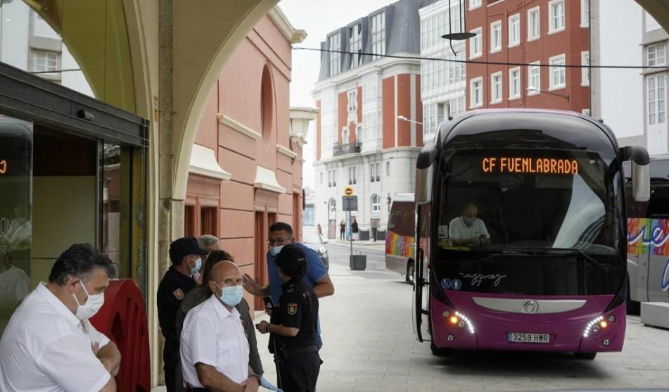 El autobús del Fuenlabrada llegando al hotel de La Coruña para jugar...