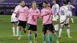 Los jugadores del Barcelona felicitan a Lenglet tras el gol.