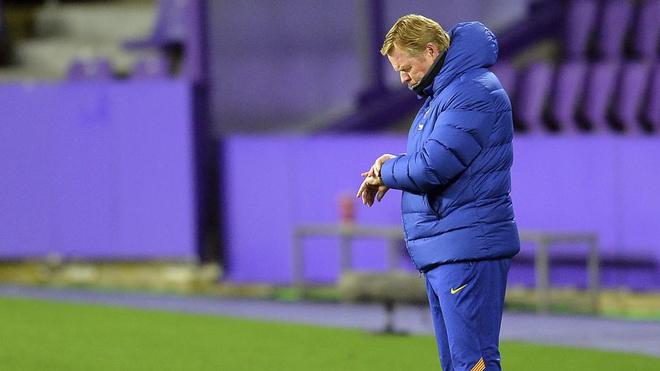 Koeman checks his watch against Valladolid