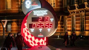 Un reloj en Tokio con la cuenta regresiva hasta la inauguración de...