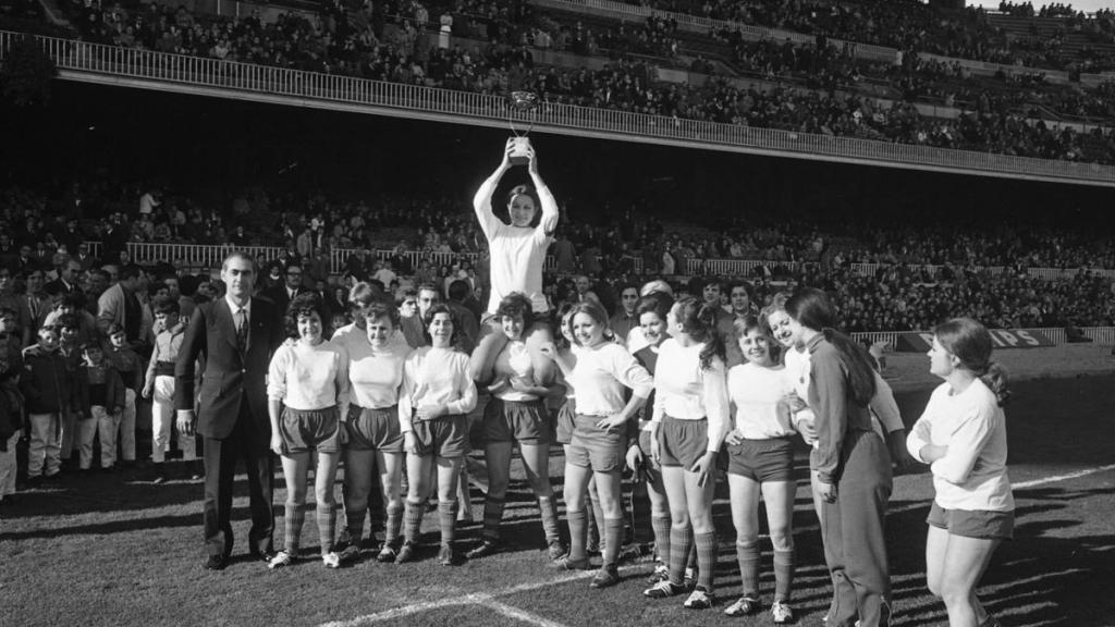 Inmaculada Cabecerán levanta un trofeo tras un partido en el Camp...