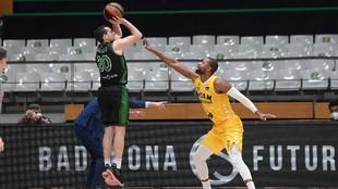 Ferrán Bassas lanza un triple en el partido frente al UCAM Murcia.