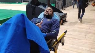 Sadiel Rojas abandona el parqué del Olímpico en camilla.