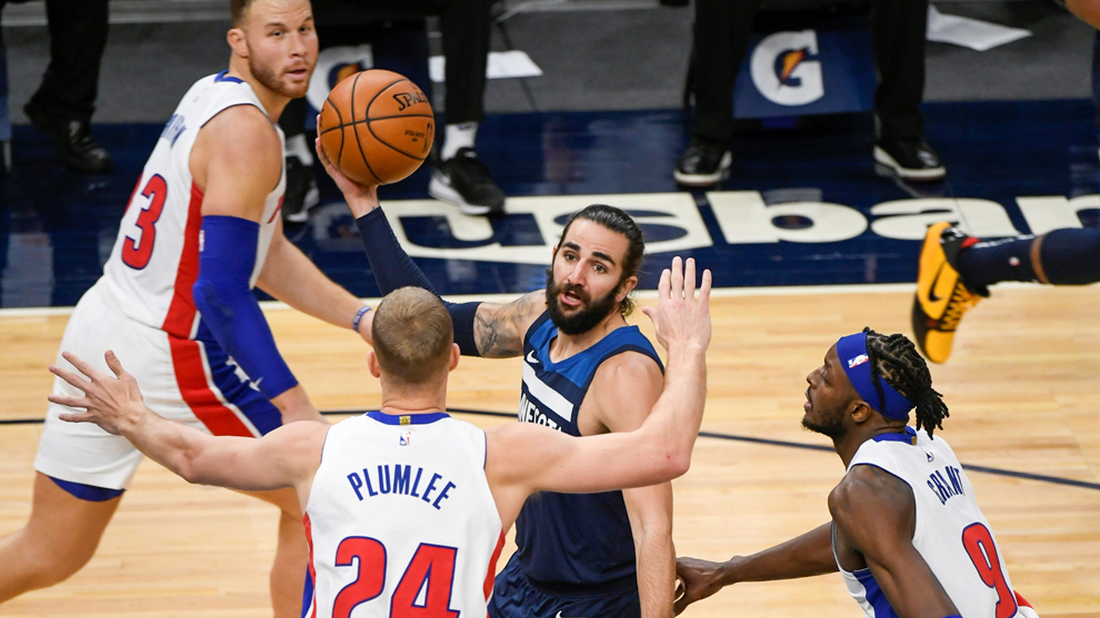 Ricky Rubio intenta encontrar un compañero entre la defensa de los...