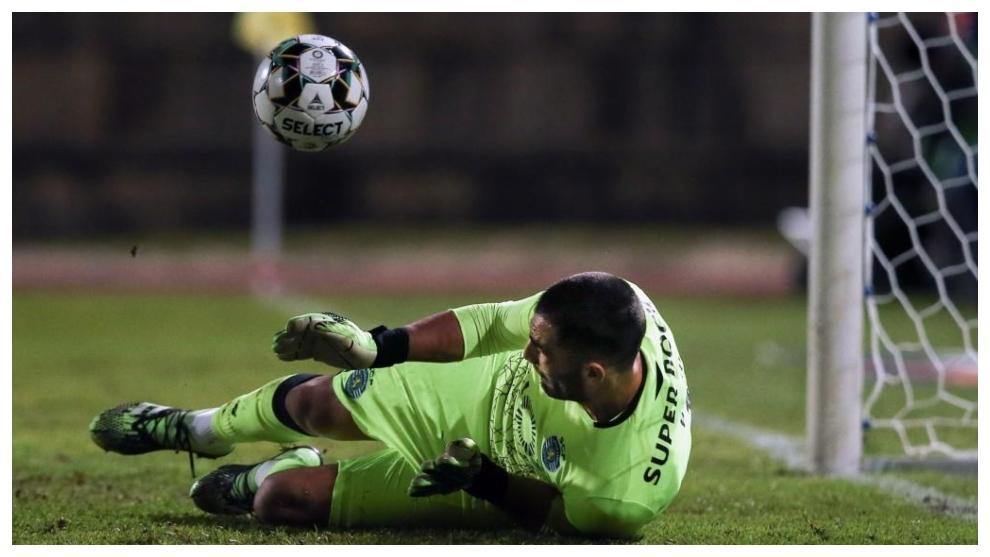 Antonio Adán detiene el penalti lanzado por Miguel Cardoso.