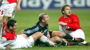 Zidane cae ante dos defensas en el Mónaco-Real Madrid de 2004
