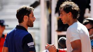 Pablo Andújar y Rafa Nadal se saludan tras un partido en el Mutua...
