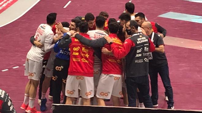 Los jugadores de la selección española celebran la victoria ante...