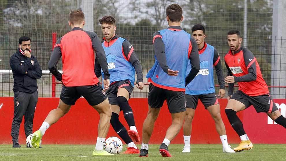 David Gallego, observando a sus jugadores en un entrenamiento en Mareo