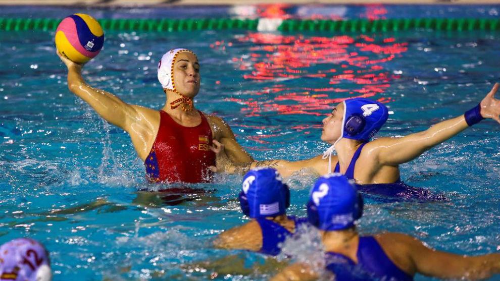 Anna Espar Llaquet (i) en acción durante el partido entre las...