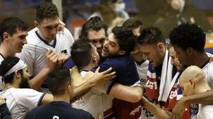 Los jugadores del Obradoiro celebran una victoria.