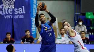 Jasiel Rivero atrapa un rebote en el partido ante el Bilbao Basket.
