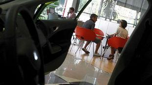 Interior de un concesionario de coches.
