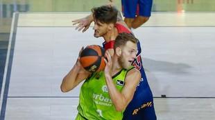 Siin-Sander Vene trata de superar la defensa de Achille Polonara.