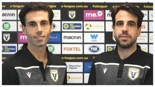 Markel Susaeta y Beñat Etxebarria posan con la camiseta del...