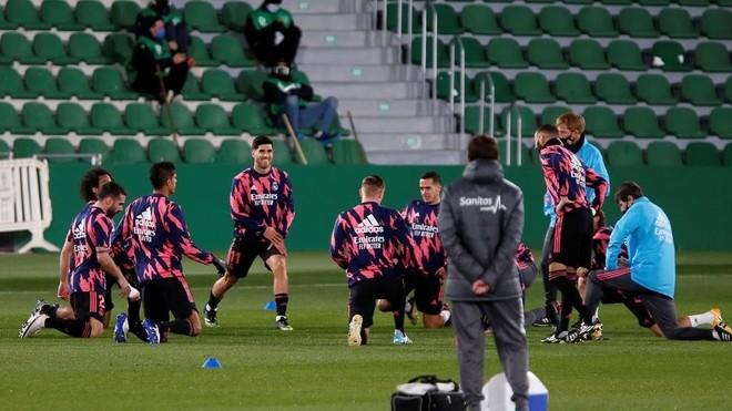 Los jugadores del Madrid, calentando en el Mart