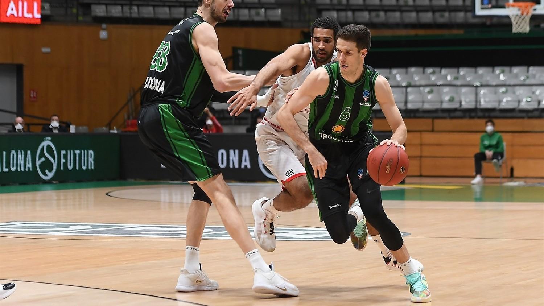 Xabi López-Aróstegii se deshace de la defensa de un jugador del...
