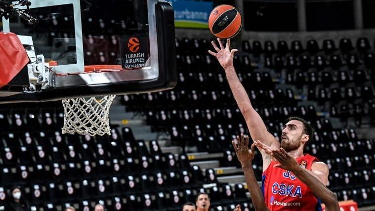 Nikola Milutinov lanza a canasta en un partido del CSKA.