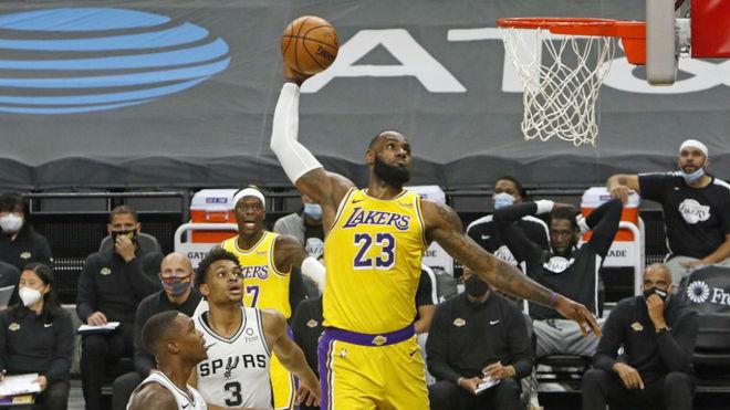 LeBron se dispone a hacer un mate ante los Spurs.