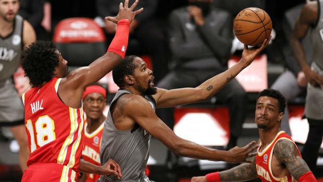 Durant trata de anotar en una penetración ante los Hawks.