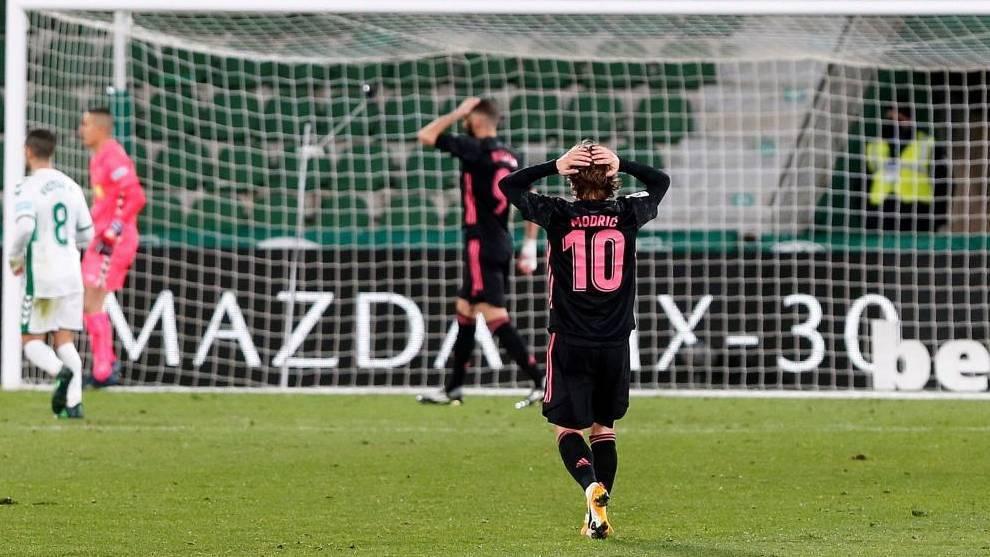 Modric y Benzema se llevan las manos a la cabeza en el partido ante el...