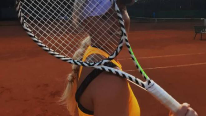 Dagmara Baskova posa con una raqueta de tenis.