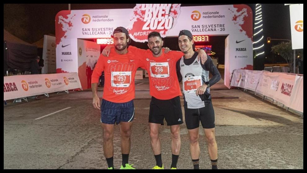 David Milla, junto a sus dos acompañantes en la meta.
