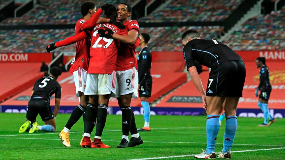 Martial celebra con sus compañeros del Manchester United el 1-0 al...