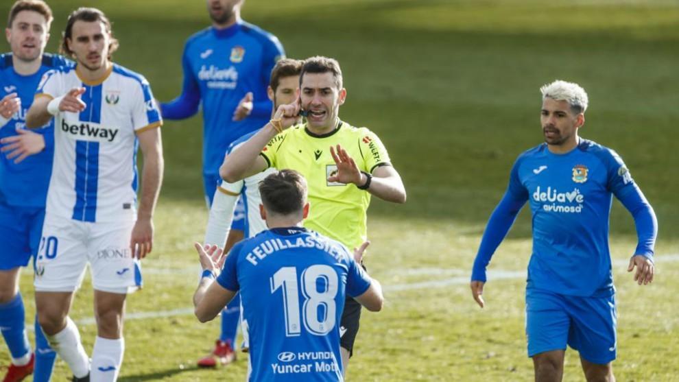 Muñiz Ruiz pide calma a los jugadores del Fuenlabrada para escuchar al VAR en la jugada que al final decreta penalti