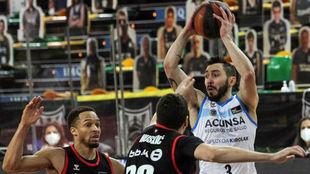 Huskoc y Brown defienden a Faggiano durante el partido.