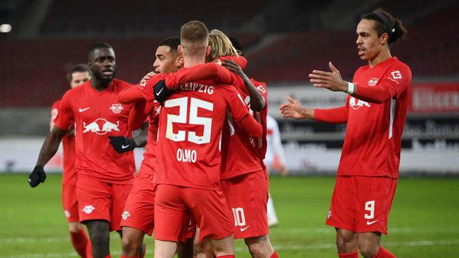 Los jugadores del Leipzig celebran el gol de Dani Olmo.
