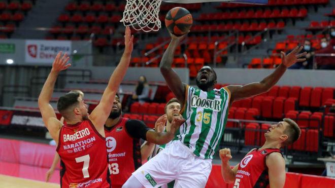 Ndoye trata de anotar ante la defensa del Zaragoza.
