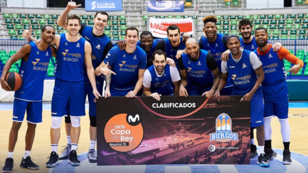 Los jugadores del Hereda San Pablo Burgos posan con el billete para la...
