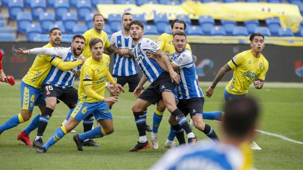 Los jugadores de Las Palmas y Espanyol se colocan en el saque de un córner